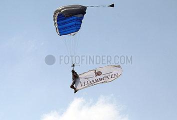 Hamburg  Deutschland  Fallschirmspringer in der Luft