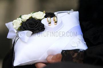Luebben  Deutschland  Trauringe auf einem Kissen mit weissen und schwarzen Rosen