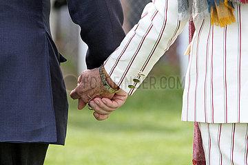 Hamburg  Deutschland  Detailaufnahme  Mann und Frau laufen Hand in Hand