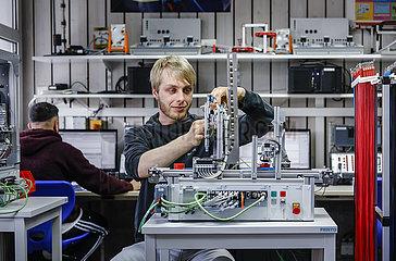 Auszubildende in Metall- und Elektroberufen  MINT-Berufe  Remscheid  Nordrhein-Westfalen  Deutschland
