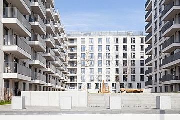 Neubau eines Wohngebaeudes auf dem ehemaligen Mauerstreifen an der East-Side-Gallery in Berlin-Friedrichshain