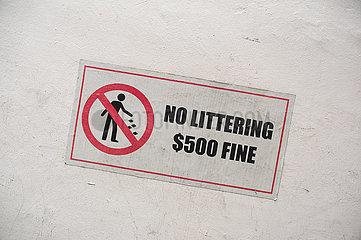 Singapur  Republik Singapur  Hinweis auf Verbotsschild der faelligen Geldstrafe fuer Muellentsorgung