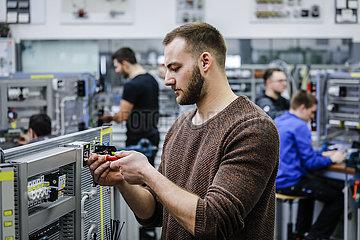 Auszubildende in Elektroberufen  MINT-Berufe  Remscheid  Nordrhein-Westfalen  Deutschland