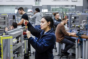 Auszubildende Frau in Elektroberufen  MINT-Berufe  Remscheid  Nordrhein-Westfalen  Deutschland