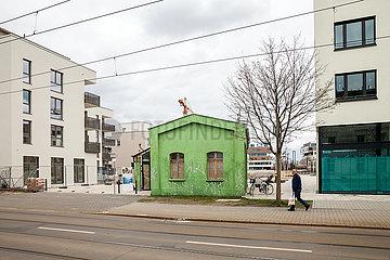 52 Grad Nord Neubauprojekt an der Dahme in der Regattastrasse in Berlin-Gruenau  dazwischen ein gruener Altbau