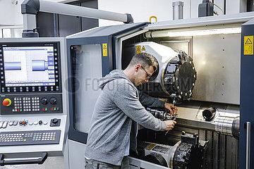 Auszubildender in Metallberufen  MINT-Berufe  Remscheid  Nordrhein-Westfalen  Deutschland