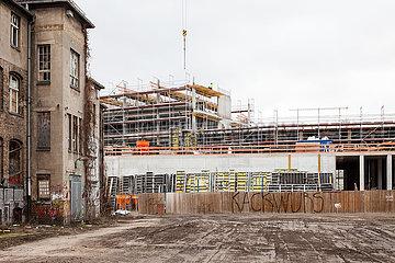 Ruine des Glaswerks und die Baustelle fuer den Neubau eines Buerogebaeudes in der Glasblaeserallee in Berlin-Friedrichshain