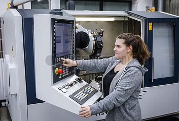 Auszubildende Frau in Metallberufen  MINT-Berufe  Remscheid  Nordrhein-Westfalen  Deutschland