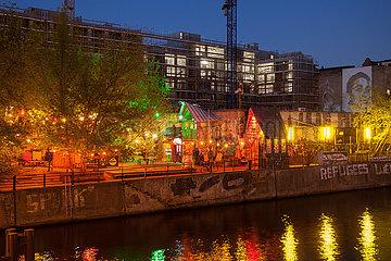 Club Yaam An der Schillingbruecke in Berlin-Friedrichshain  im Hintergrund die Baustelle fuer eine Buerogebaeude am Stralauer Platz