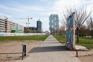 Mauerstreifen an der East-Side-Gallery in der Muehlenstrasse in Berlin-Friedrichshain  im Hintergrund die Bueroneubauten am Mercedes-Platz und das Living Levels Projekt