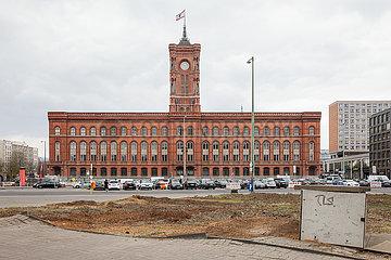 Gerodete Gruenanlage am Molkenmarkt in Berlin-Mitte  im Hintergrund das Rote Rathaus