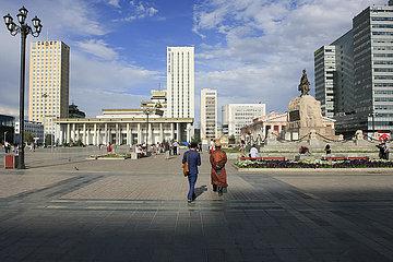 Mongolen auf dem Suechbaatar Platz