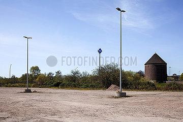 Leerer Parkplatz und Bunker in Hamburg-Peute