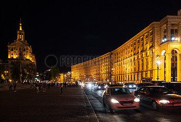 Beleuchtete Gebaeude und Autoverkehr in der Chreschtschatyk in Kiew