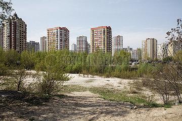 Brachflaeche und Hochhaussiedlung im Rajon Darnyzja in Kiew