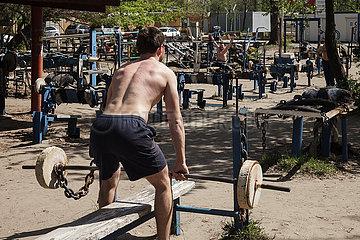 Kachalka Gym  bestehend aus selbstgebauten Sportgeraeten  am Muscle Beach im Hidropark in Kiew