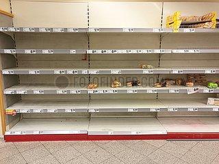 Fast ausverkauftes Brot im Supermarkt