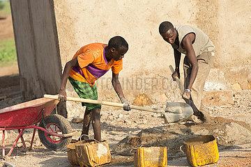Burferedo  Somali Region  Aethiopien - Bauarbeiter mischen Zementmoertel