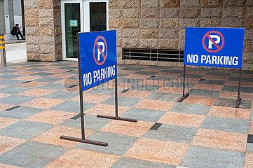 Singapur  Republik Singapur  Zwei Schilder weisen auf Parkverbot hin