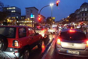 Berlin  Deutschland  Strassenverkehr bei Regenwetter am Abend auf dem Mehringdamm