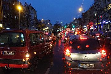 Berlin  Deutschland  Stau bei Regenwetter am Abend auf dem Mehringdamm