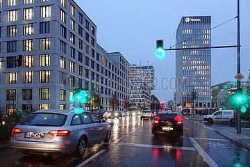 Berlin  Deutschland  Strassenverkehr am Abend bei Regenwetter in der Heidestrasse