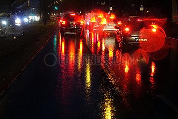 Berlin  Deutschland  schlechte Sicht im Strassenverkehr bei Regenwetter in der Nacht