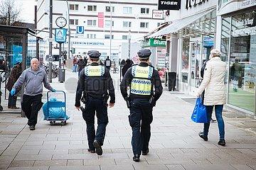 Polizeistreife kontrolliert Verhalten der Bürger