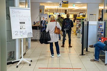 Social Distancing in der Postbankfiliale