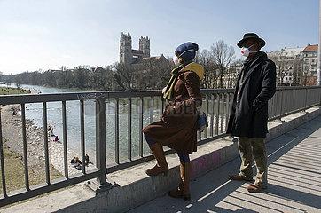 Zwei Muenchener mit Schutzmasken bei Spaziergang  Muenchen  19.03.2020