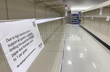 12.03.2020  Brainerd Minnesota  USA - Leere hygieneartikel Regale in einer Tesco Filiale