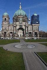 Berlin  Deutschland  Auswirkungen des Corona Virus: Nur vereinzelte Menschen im Lustgarten vor dem Berliner Dom