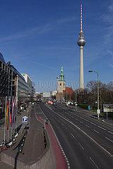 Berlin  Deutschland  Auswirkungen des Corona Virus: Nur wenig Verkehr auf der Karl-Liebknecht-Strasse