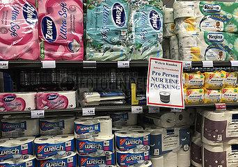 Berlin  Deutschland  Auswirkungen des Corona Virus: Nur eine Packung Toilettenpapier pro Person wird wegen der Hamsterkaeufe verkauft