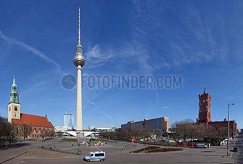 Berlin  Deutschland  Auswirkungen des Corona Virus: Nur vereinzelte Menschen am Neptun-Brunnen vor dem Fernsehturm