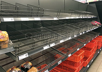 Berlin  Deutschland  Brot ist in einem Supermarkt ausverkauft