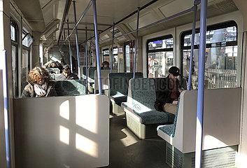 Berlin  Deutschland  Nur wenige Menschen fahren im Berufsverkehr aufgrund des Coronavirus mit der S-Bahn