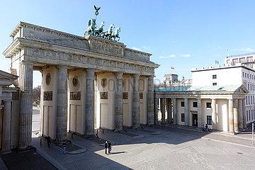 Berlin  Deutschland  Auswirkungen des Corona Virus: Nur vereinzelte Menschen vor dem Brandenburger Tor auf dem Pariser Platz