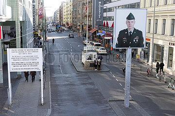 Berlin  Deutschland  Auswirkungen des Corona Virus: Nur wenige Menschen am ehemaligen Grenzuebergang Checkpoint Charlie
