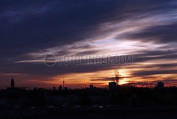 Berlin  Deutschland  Morgendaemmerung ueber der Stadt