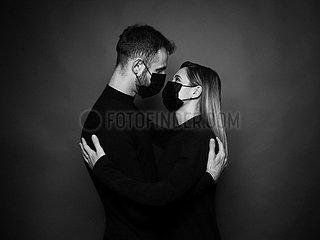 Paare mit Antivirus-Maske