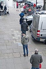 Warteschlange vor einer Bäckerei