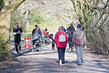 Spaziergänger im Isebekpark