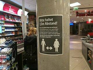 Abstandregel im Supermarkt