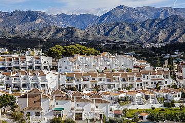 Apartmenthaeuser vor Berglandschaft im Urlaubsort Nerja  Andalusien  Spanien  Europa