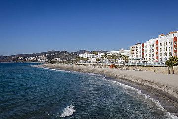 Stadtstrand im Urlaubsort Nerja  Andalusien  Spanien  Europa