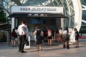 Singapur  Republik Singapur  Menschen warten vor einem Xing Fu Tang Bubble Tea Stand