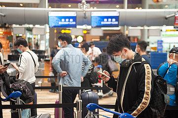 Singapur  Republik Singapur  Passagiere stehen vor dem Check-in am Flughafen Changi an