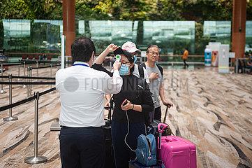 Singapur  Republik Singapur  Temperaturmessung von Passagieren vor dem Check-in am Flughafen Changi