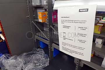 Berlin  Deutschland  Auswirkungen des Corona Virus: Abgabebeschraenkung von Toilettenpapier  Seife  Nudeln  Reis und Mehl in einem Supermarkt